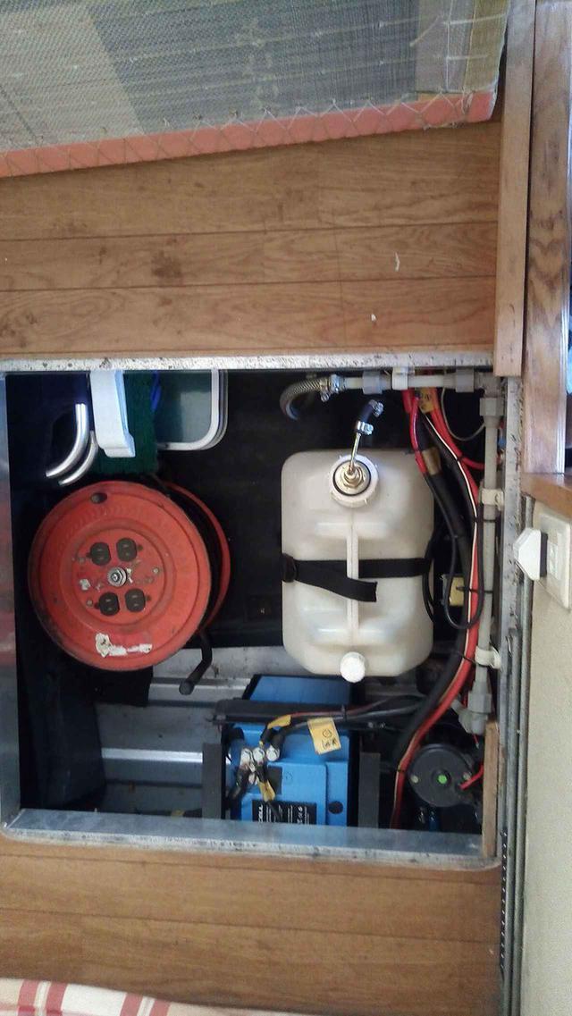 画像: 床下にバッテリーやインバーターなど、サブバッテリーまわりを収納。むだのないレイアウトを心がけました。しかし、放電は参りました……。