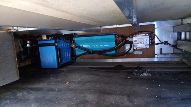 画像: もしもに備えて、100Vの外部充電器(エンジン)を搭載していましたがトホホです。写真は床下の電装まわりです。