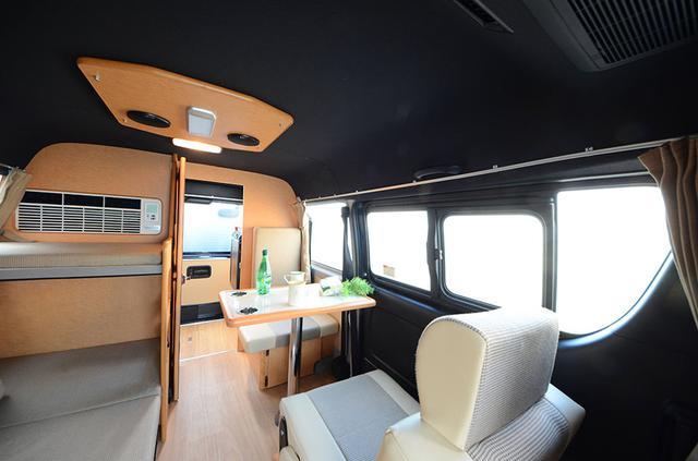 画像: 窓際に設置された対座のリビングスペースには、窓から光が差し込み、明るい雰囲気。ベッドとリビングを独立して利用できるのが便利だ。