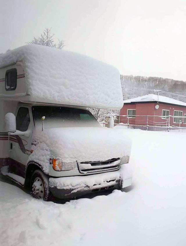 画像: 北海道標茶町の冬は厳しくも美しい。−30℃になることもあり、雪はボンネットの上にも厚く降り積もる。