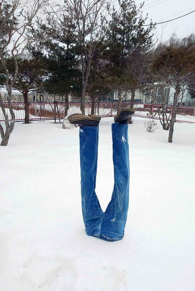 画像: 濡れたデニムは凍り、家の前を歩くのにスノーシューが必要となることも。
