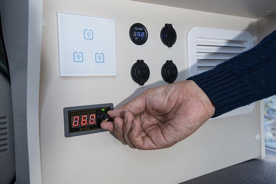 画像: 換気扇の電源スイッチ。ダイヤルを回すことで風量を無段階で調整できる。上の白いパネルはLED照明のタッチパネル式スイッチ。左右キャビネットの上部に付いている。