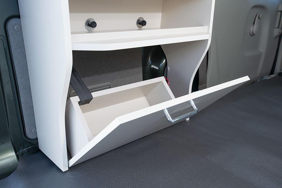 画像2: キャビネットには換気扇、照明、シガーソケットなどを装備