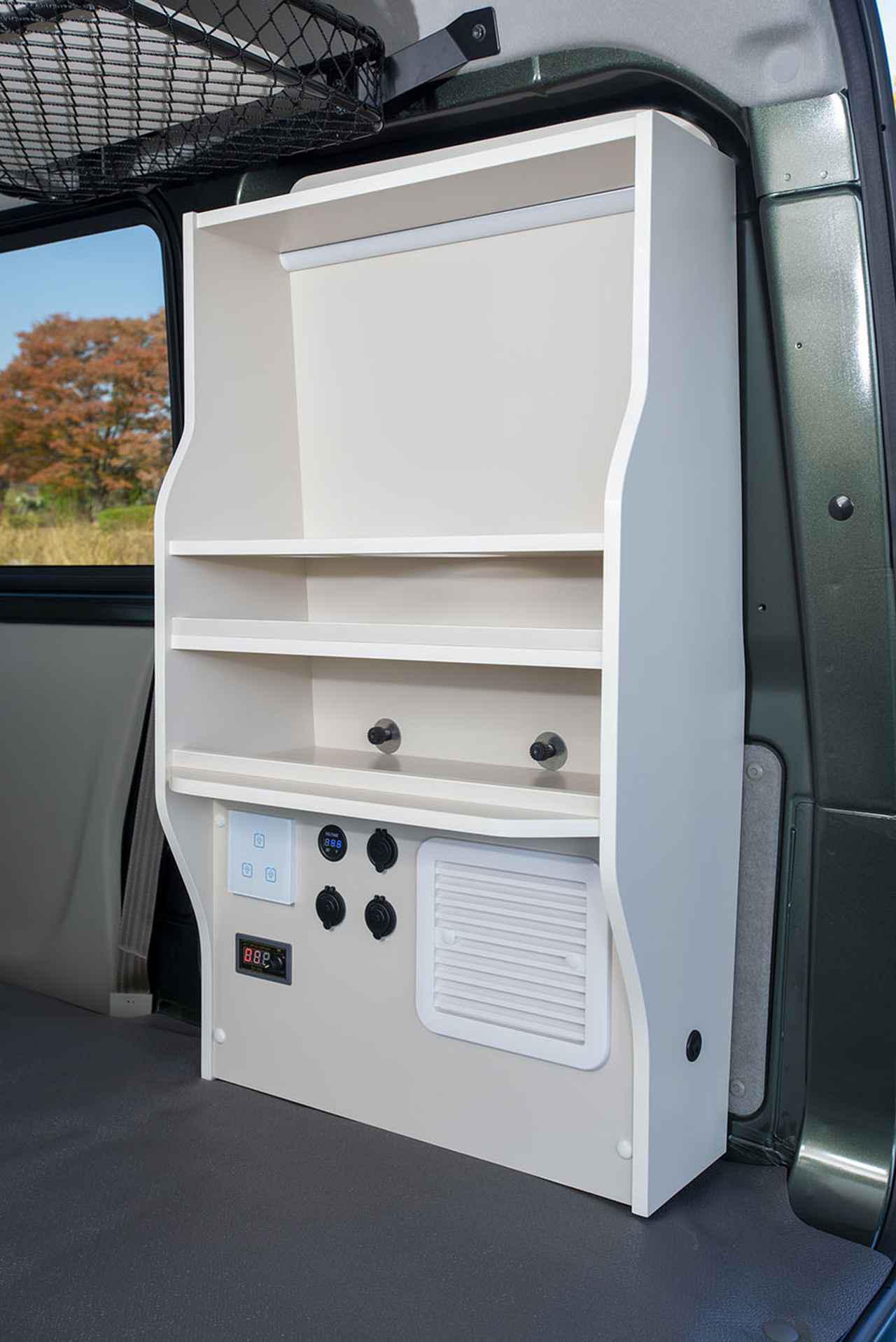 画像: 右側の棚にはDC12Vシガーソケットのほか電装システムと車内空調用の換気扇が装備されている。