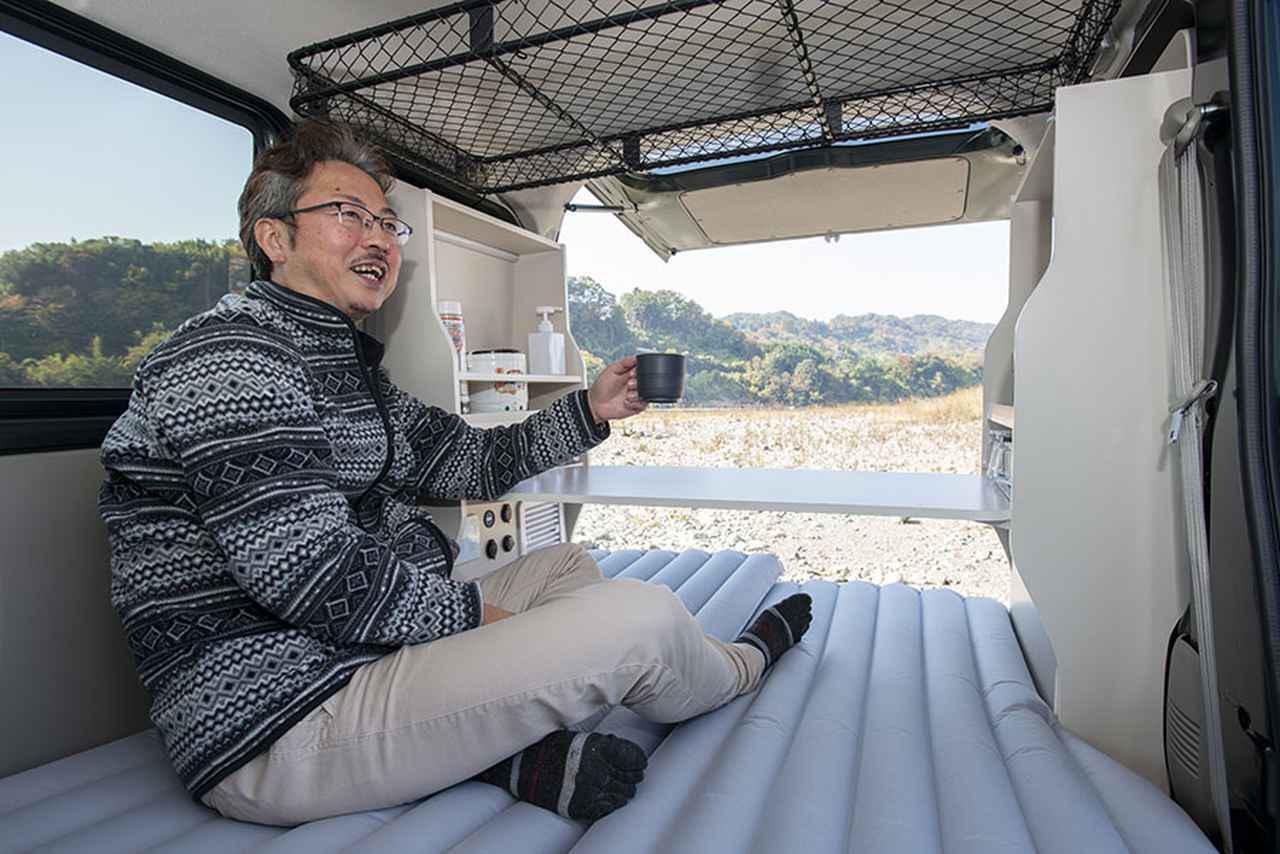 画像: ジェーピーエヌの増田信之さん。中古のエブリイをベースに、「直流家シリーズ」との組み合わせで車中泊を楽しんでもらいたいという増田さん。根っからのアウトドア好きで、庭でバーベキューを楽しむことも多いそうだ。