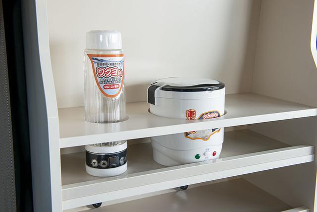 画像: 棚の上部にはタケルくんとワクヨさんがちょうど収納できる枠がある。