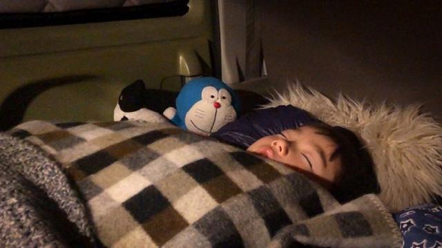 画像: 助手席で寝ていたアリを寝袋の中に。