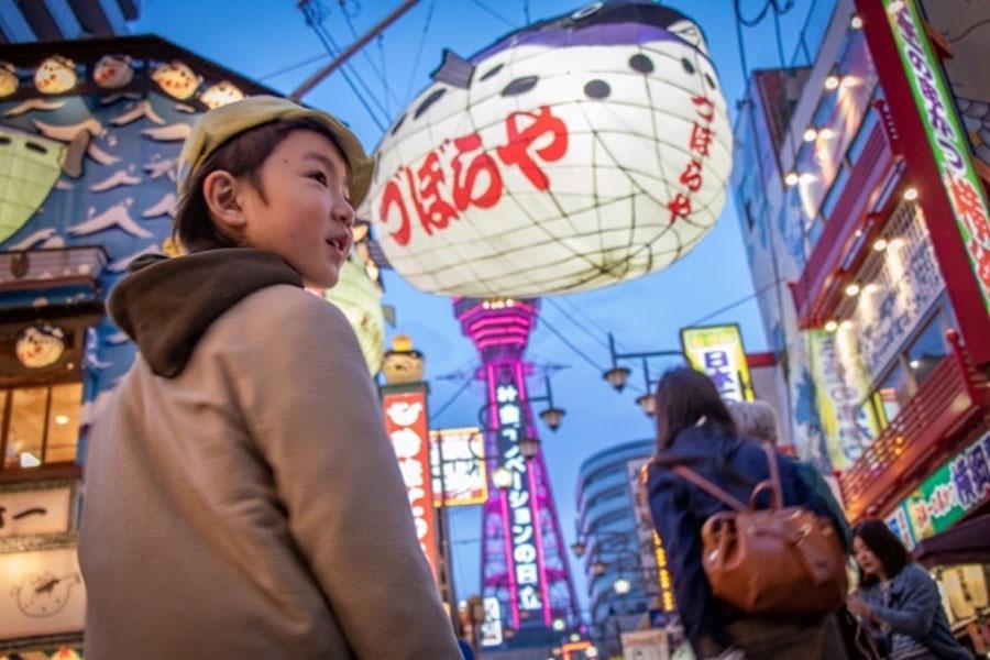 画像: 新世界のネオンに「お祭りみたいだねー!」と目を輝かせるアリ。