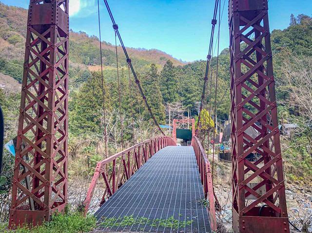 画像: キャンプ場へはこの橋を渡って向かう……スリル満点(汗)