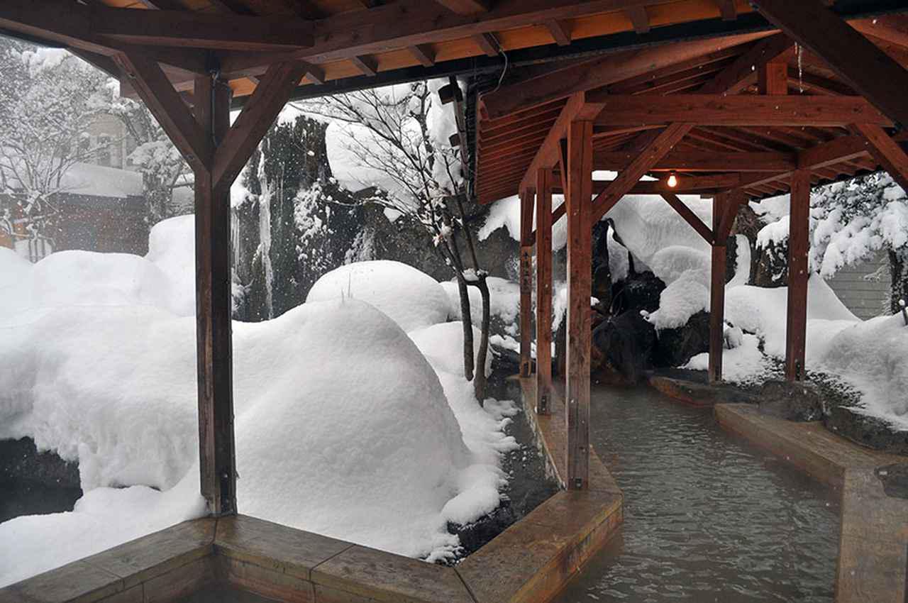 画像: 足湯で雪見ができる平湯温泉。