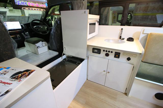画像2: ミニポップアップルーフ付きで立って調理/キャンピングカー長野「スペースキャンパーC」