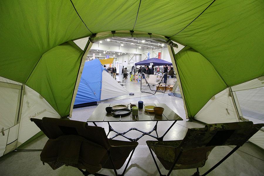 画像: クルマ旅をサポートする、設営簡単なテントを発見