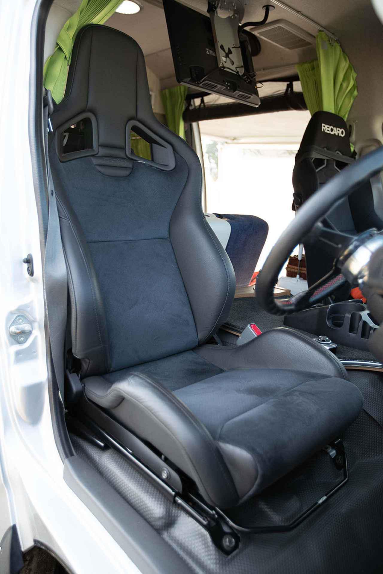 画像2: 運転席はレーシーな装い
