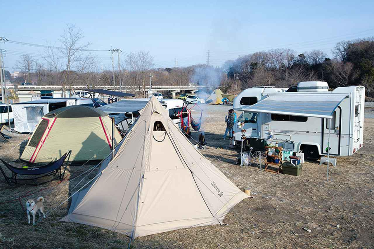 画像: キャンピングカー+ワンポールテントの車中泊キャンプ!