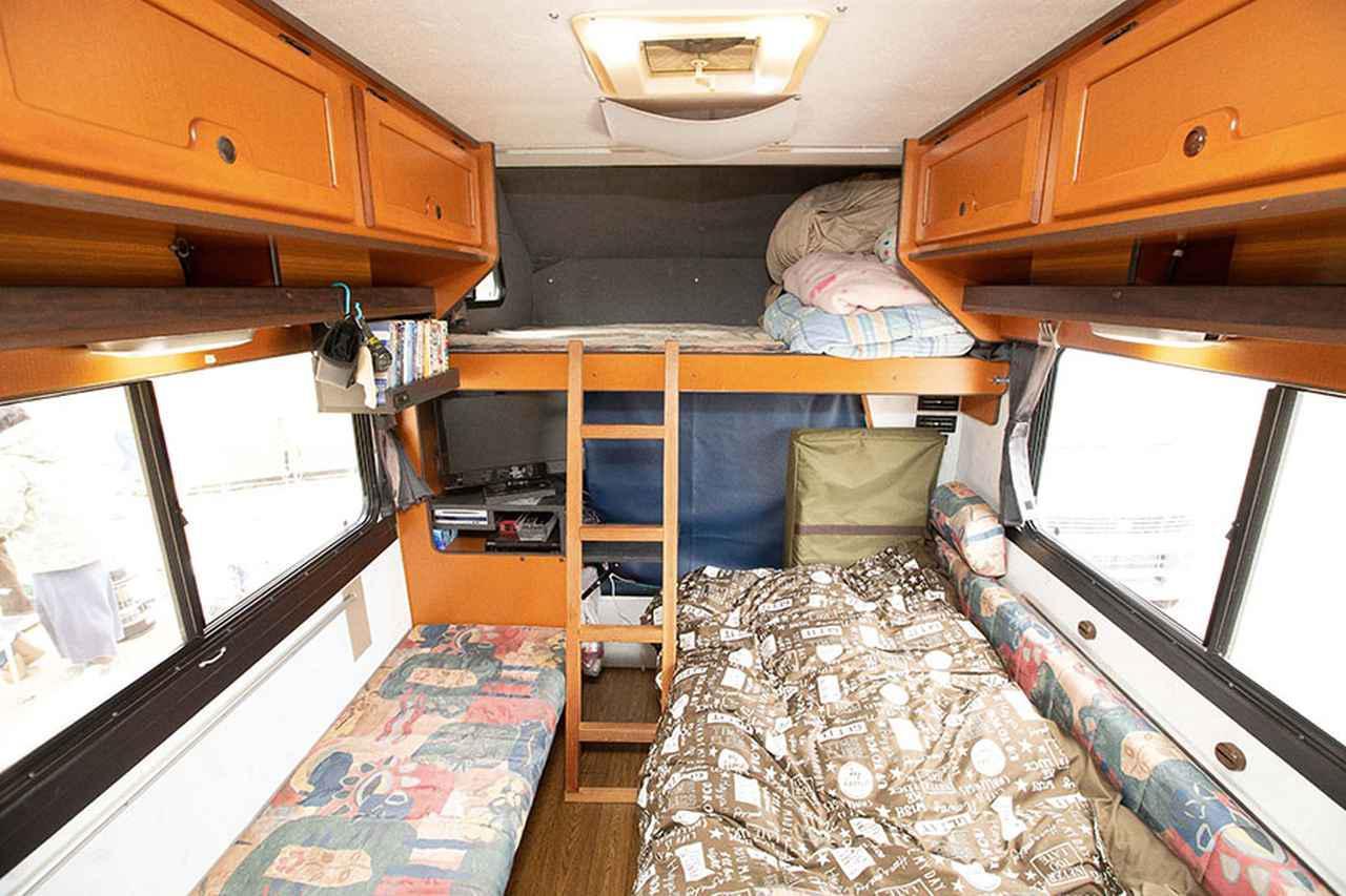 画像1: 快適車内は就寝スペース兼パーティルーム!