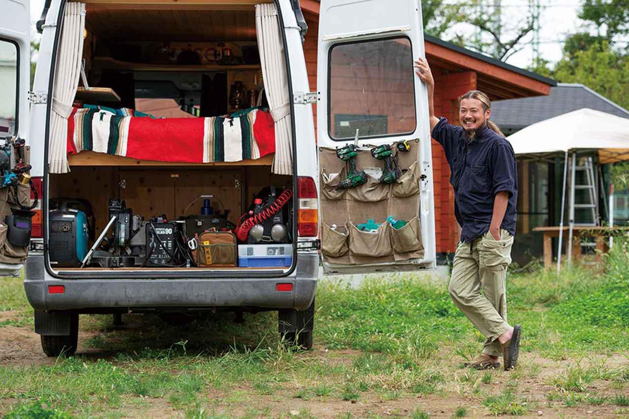 画像: 仕事やワークショップで使う工具がたくさん積み込まれている。扉には布製の収納ポケットが取り付けられ、小物などを収納。