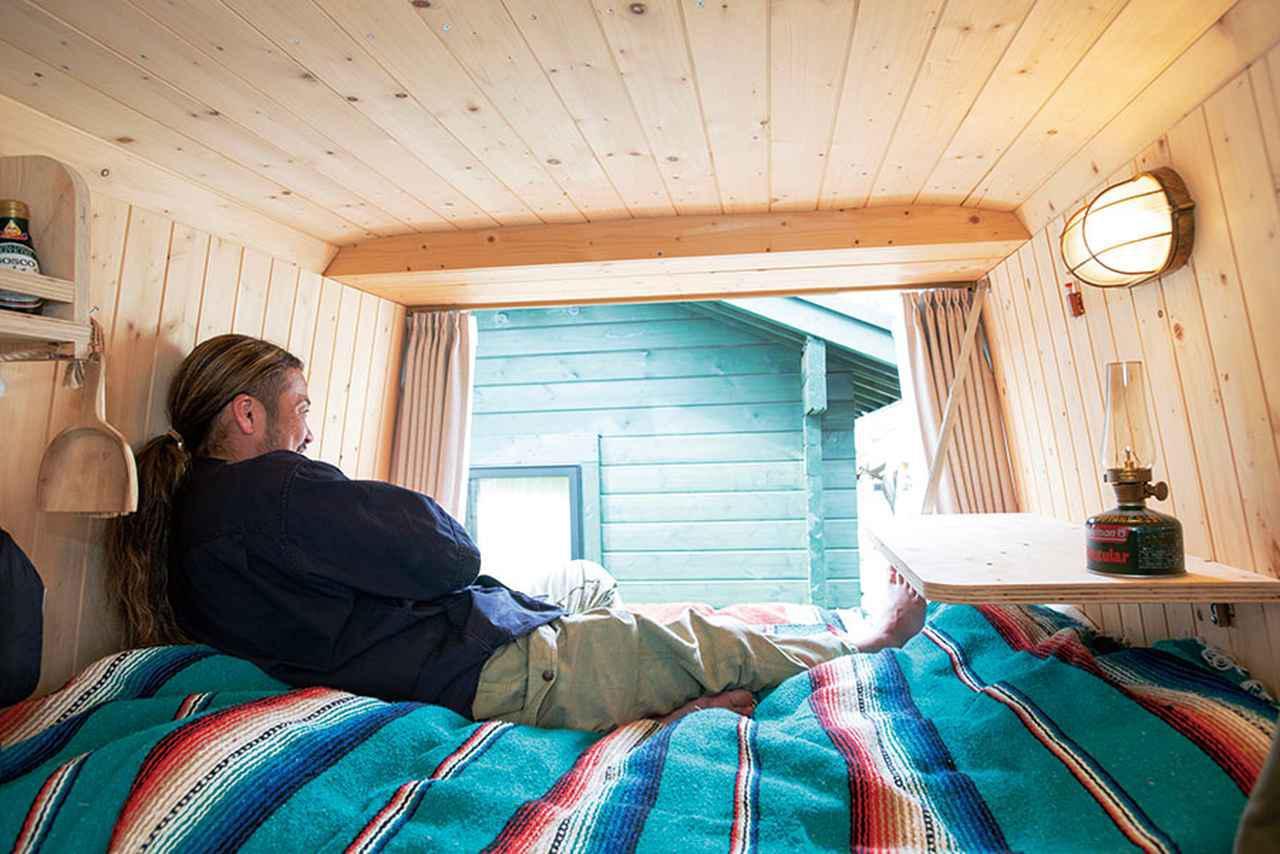 画像: 景色のいい場所に行ったら、このようにリアゲートを開き、ベッドでリラックスすることも。頭上に十分なスペースがあり、圧迫感がない。