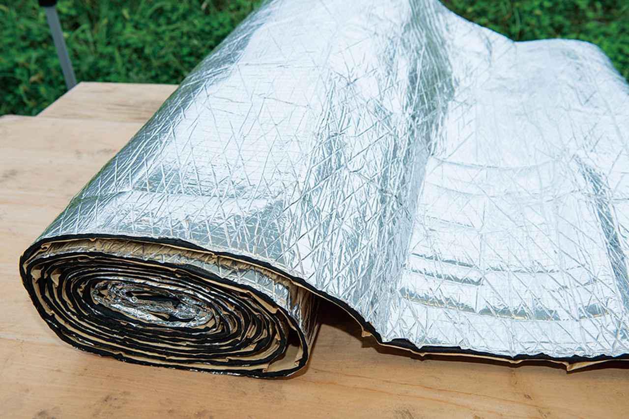 画像: クルマを作るとき、ボディと室内の間に張られた断熱材。室内を広く使いたいため、なるべく薄いタイプを選んでいる。