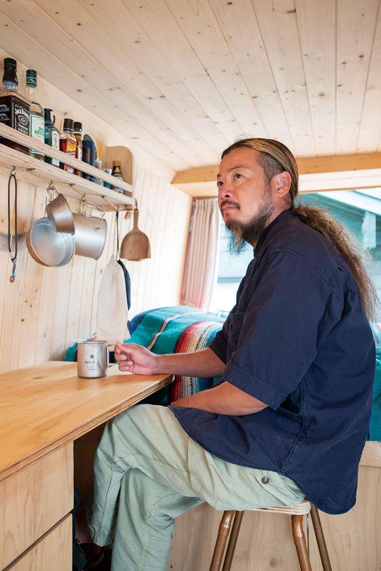 画像: カウンターに座っていると、不思議と落ち着くという鈴木さん。クルマの中でお気に入りの場所。