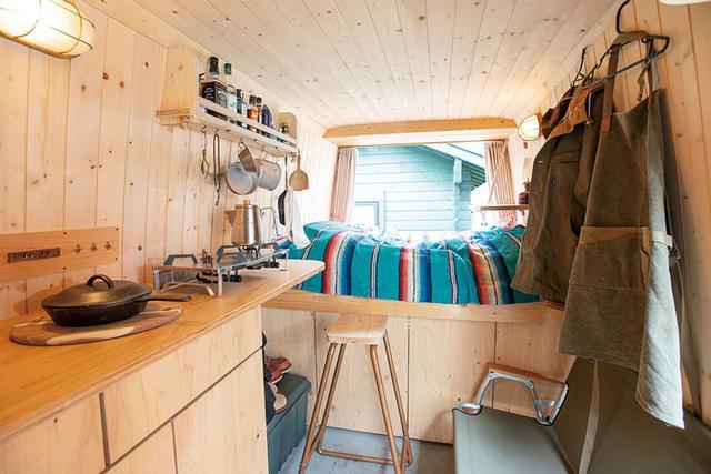 画像: リアゲートを広げると開放的な空間が広がる。内装の木材には松を使用。杉ほど柄がうるさくなく、ラフな感じが気に入っているという。