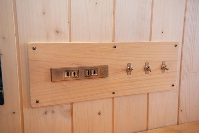 画像: スイッチやコンセントもこだわりの仕様。インバーターが組み込まれていて100V2000Wまでの家電が使える。仕事でも電動工具を使いたいため、出力は高め。