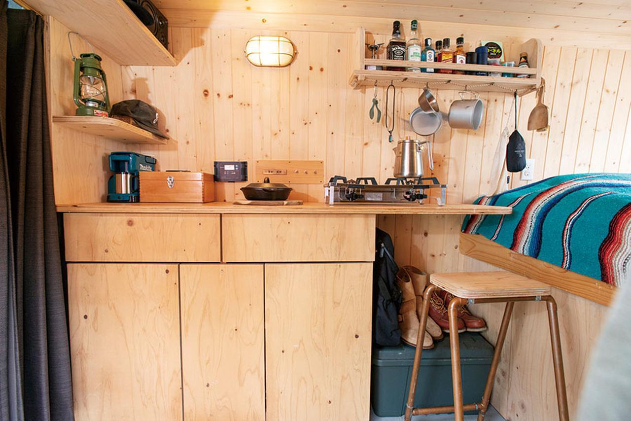画像: 壁側に収納スペースをまとめたレイアウト。ベッド側のカウンター下は収納スペースとして利用。シンプルですっきりとしたデザインで、インテリアに統一感をもたせている。