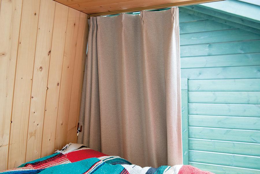 画像: カーテンは遮光、難燃タイプ。断熱効果もあり、冬場は冷気を遮ってくれる。
