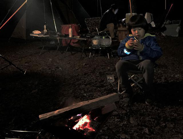 画像: ⑥就寝時間までに焚き火終いを