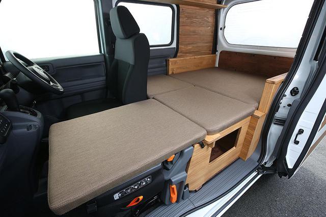 画像: 荷台部分のベッドは常設。助手席の背もたれを前に倒し、格納式ベッド家具を装着すると助手席部分がフルフラットベッドの一部に。