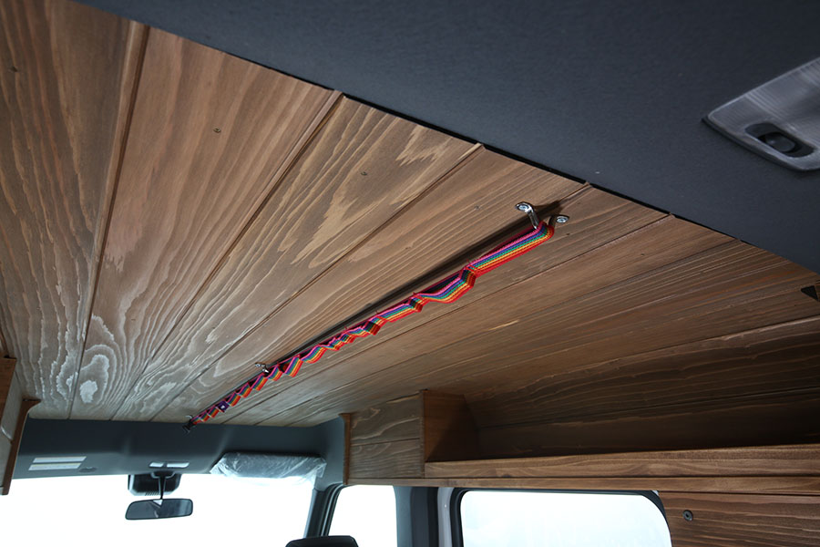 画像: リアルウッドルーフにはハンギングチェーンを装備されている。