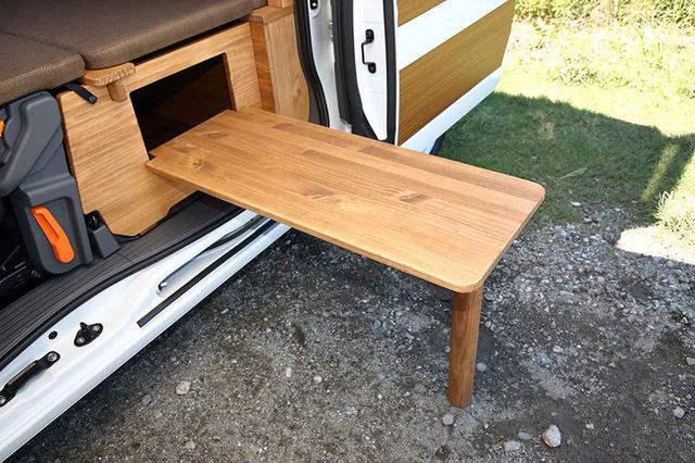 """画像: セカンドシート部分に、簡単に取り出せるアウトドアウッドテーブルを装着。お出かけ先で気軽に""""外キャン""""も楽しめる。"""