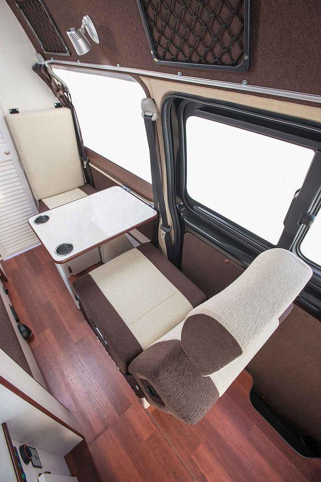 画像: 助手席後方にシングルシートを2脚設置。対面対座できるようになっており、リビングエリアとして使える。