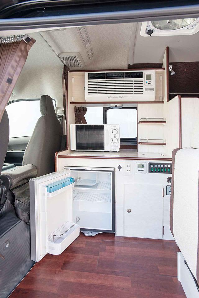 画像: エントランスを入った奥にキッチンがまとめられた。冷蔵庫はトビラ式の40ℓタイプに。