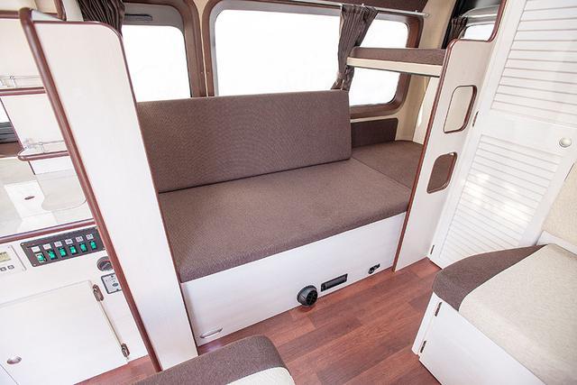画像: 二段ベッドは上段のマットレスを移動することで、下段にソファーベンチのレイアウトが簡単に展開できるようになっている。