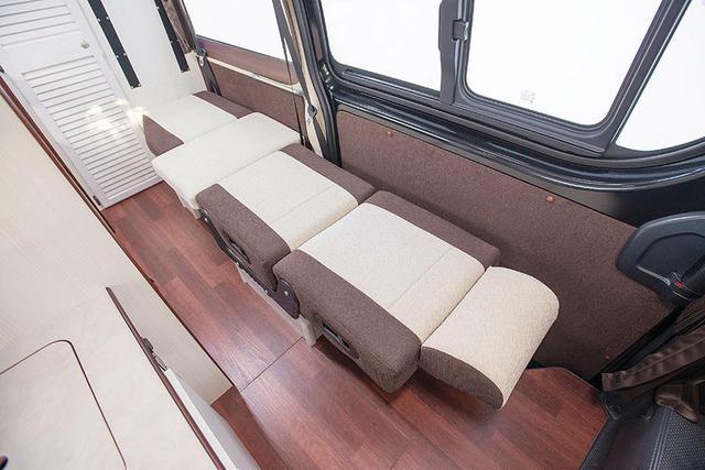 画像: サードシートの背もたれをマットにして、ベッド展開ができる。厚みのあるクッションで快適。3人目もしっかりと就寝できる。