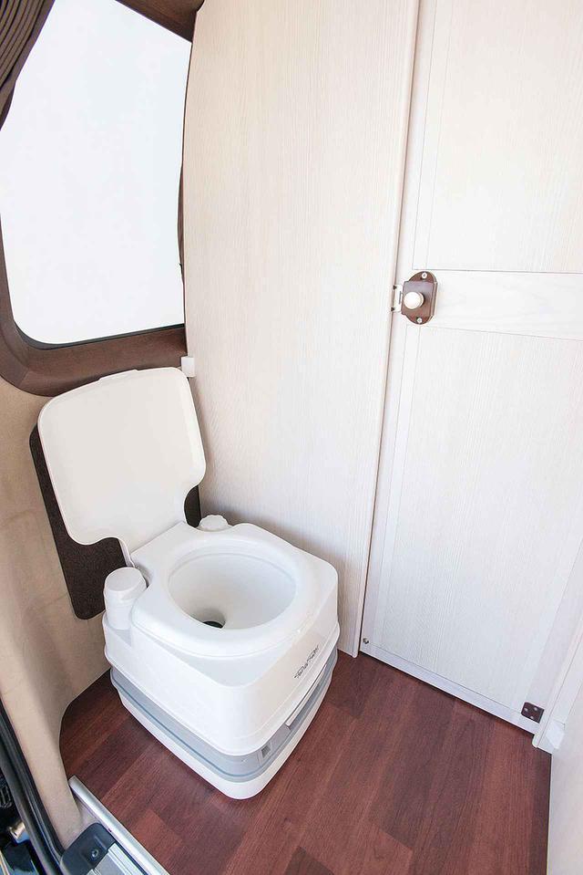 画像: コンパクトなボディサイズでありながら、リアのマルチルームがしっかりと独立しているので、ストレスなくポータブルトイレを利用できる。