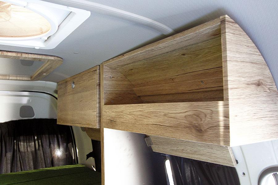 画像: ウッディテイストの吊り下げ棚で十分な収納スペースを確保。