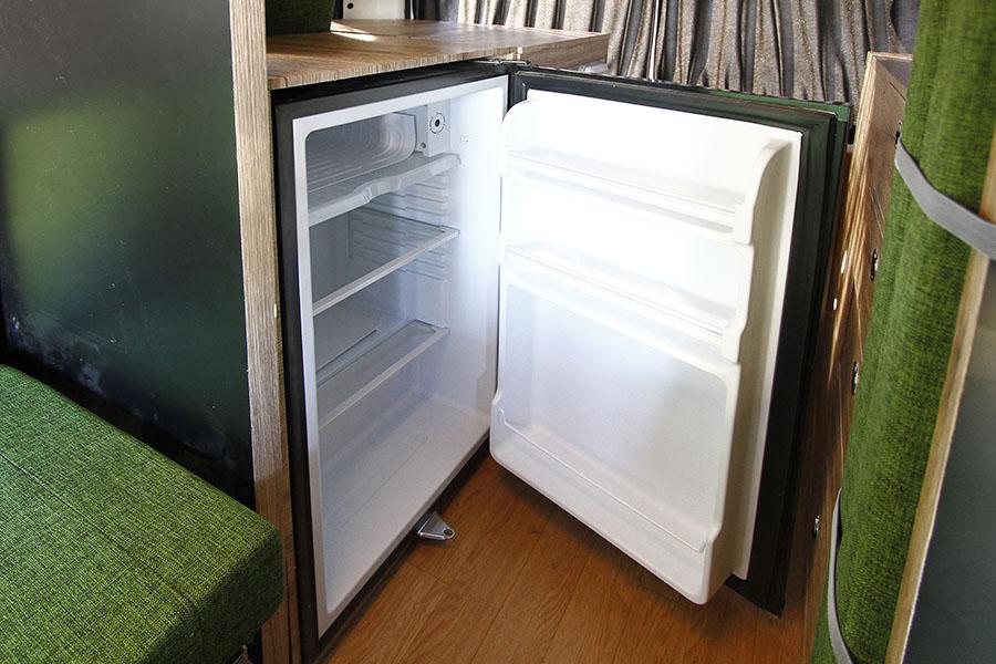 画像: リアに設置されているのは標準装備の65ℓ冷蔵庫。