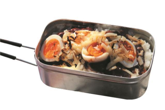画像: 人気のメスティンで炊飯。フタごとひっくり返してサッと火にかけるとチーズがとろり。