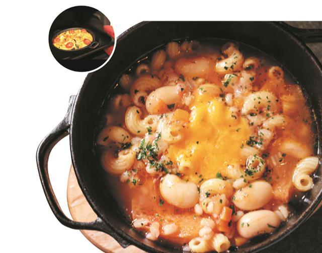 画像: ダッチオーブンでキャ ンプ風煮込みを。スキレットはオーブンにいれて焚き火料理風に。