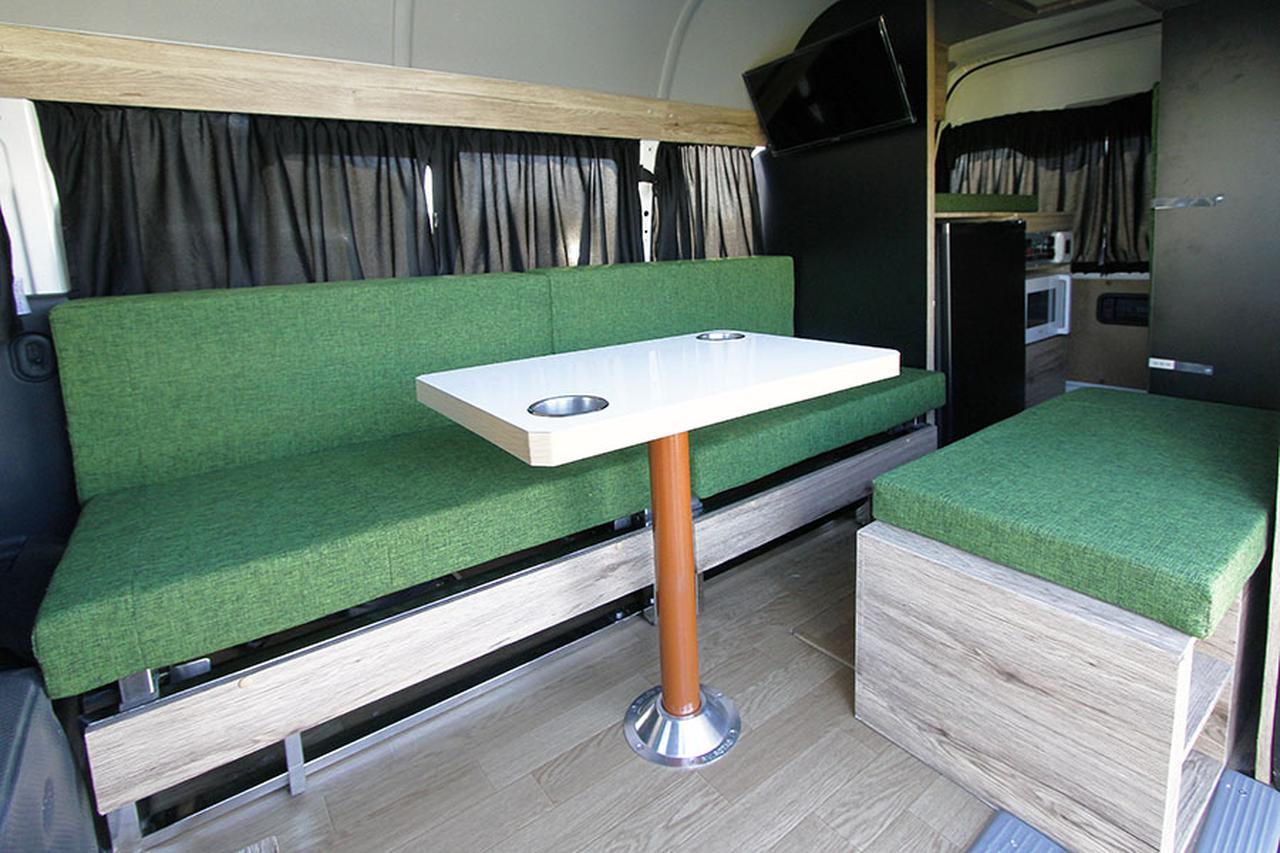 画像: 同社「リゾートデュオ」シリーズでのラインアップで、ハイエースをベースにしたナチュラルな内装が特徴のキャンピングカー。