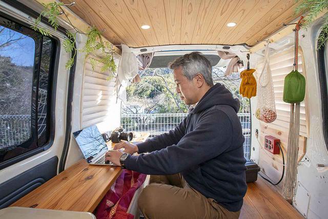 画像: 自作した机をサイド側に置いている。ここでデスクワークをすることが多い。