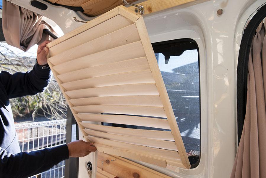 画像: リアサイドは朝日を感じたいので、スリット状の木製シェードを自作した。磁石で脱着できるようになっている。