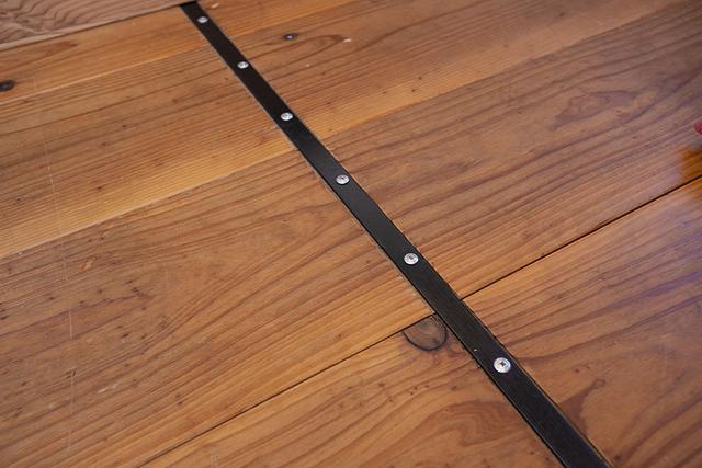 画像: 鉄のプレートが表に出っ張らないように、3㎜の溝を掘っている。