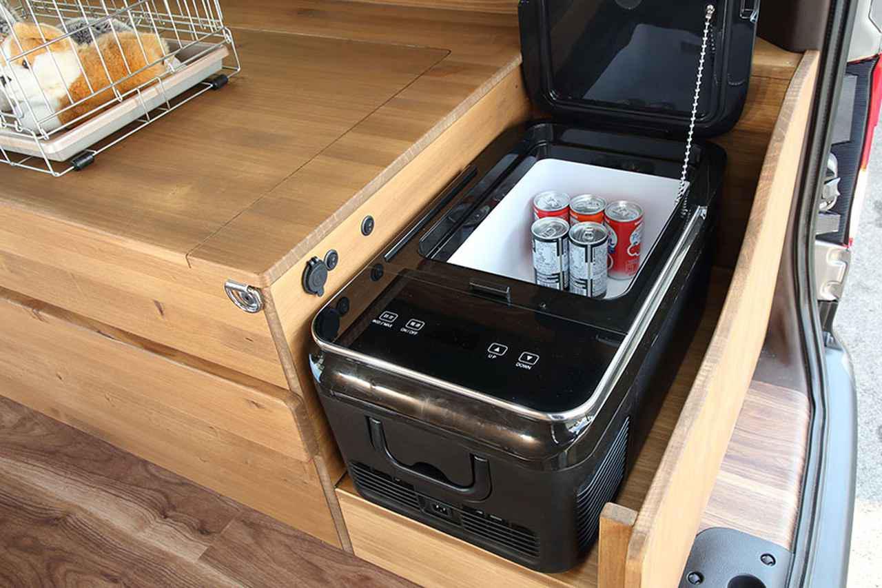 画像: 18ℓのDC冷蔵庫も標準装備。リチウムイオンバッテリーを2つ備え、DCクーラーと同時使用も可能だ。