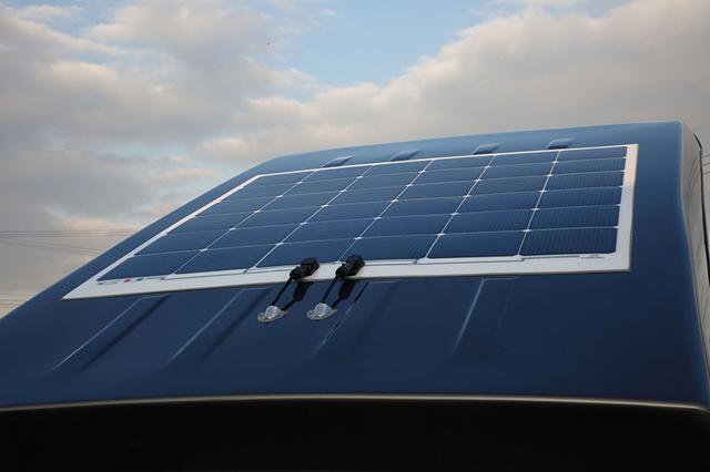 画像: バッテリーの負担を軽減するオプションのオリジナルソーラーパネル(165W/13万5000円)を装着しておくと心強い。