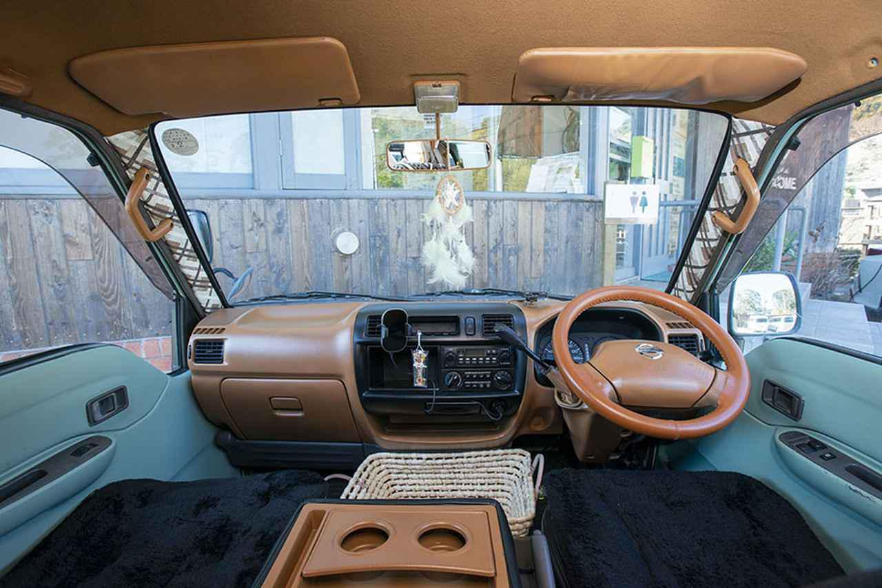 画像1: 注目ポイント② 運転席もDIYで激変。オシャレな空間に!