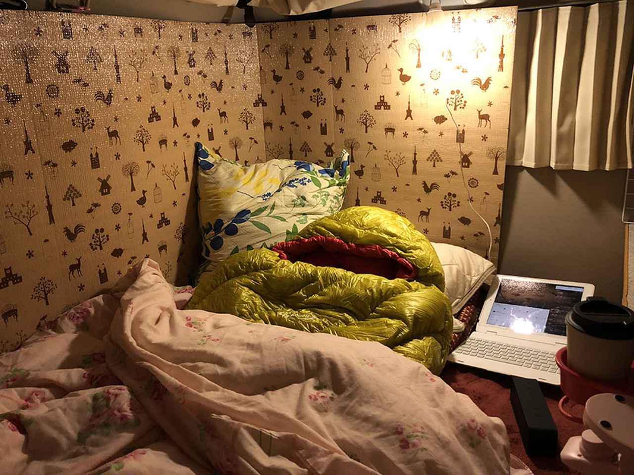 画像: 冬はFFヒーターを活用するほか、窓からの冷えを防止するために断熱ボードでガード。カーテンの裏にはアルミシートを。床には毛足の長い敷きパッドが必須。カイロや湯たんぽを使えば、さらに寒さに対応できる