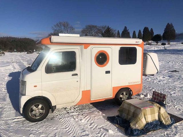 画像: 冬はなんと屋外で、雪上コタツ!?