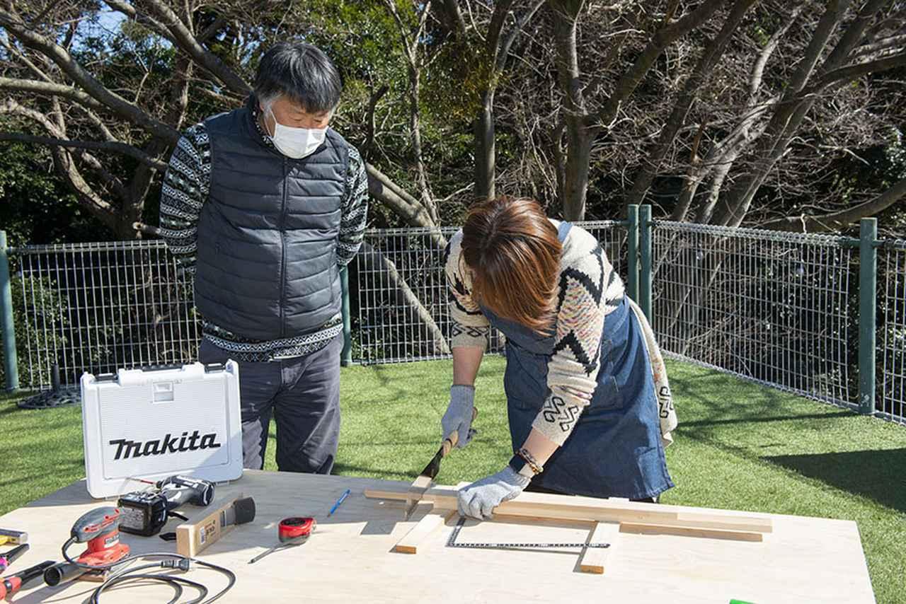画像: 元大工でキャンピングカーに乗っていた北澤さんがサポートしてくれる。